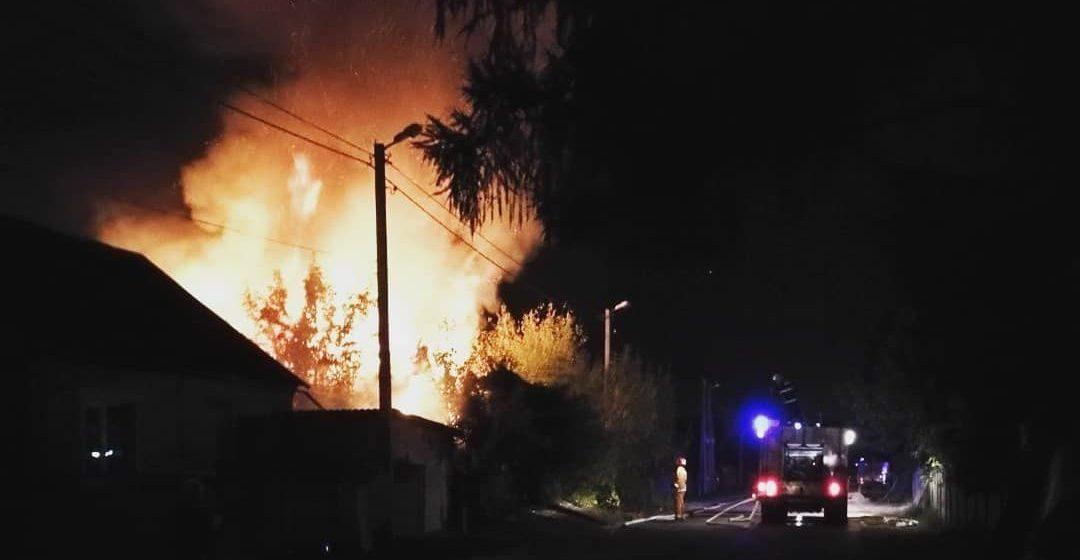 В Барановичах ночью дом выгорел до кирпичей