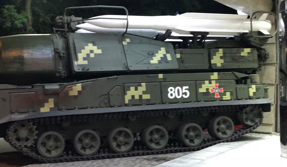 Во время репетиции военного парада в Киеве ЗРК «Бук» протаранил бизнес-центр