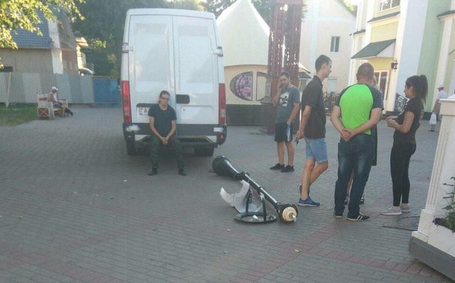 Фотофакт. В Барановичах на бульваре Штоккерау бус сбил столб освещения