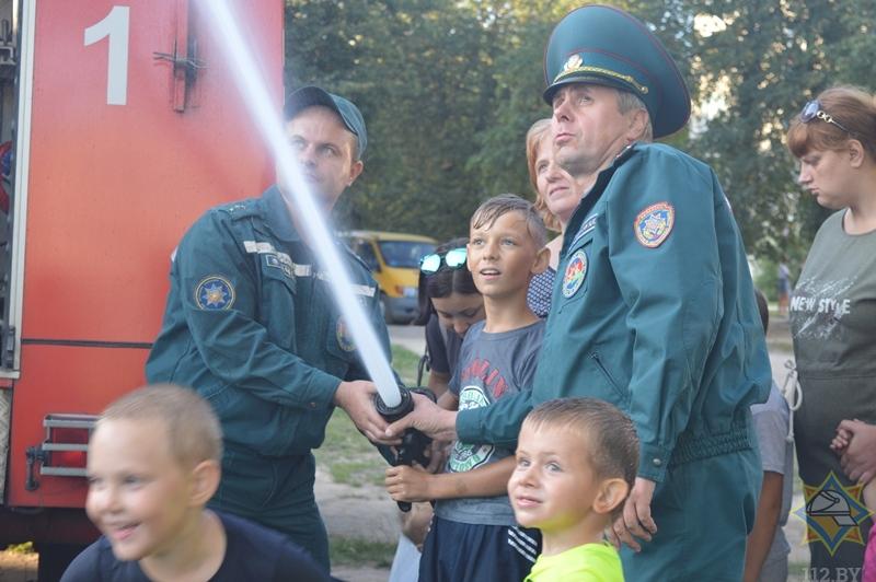 Барановичские спасатели поучаствовали в открытии детской площадки в Южном микрорайоне