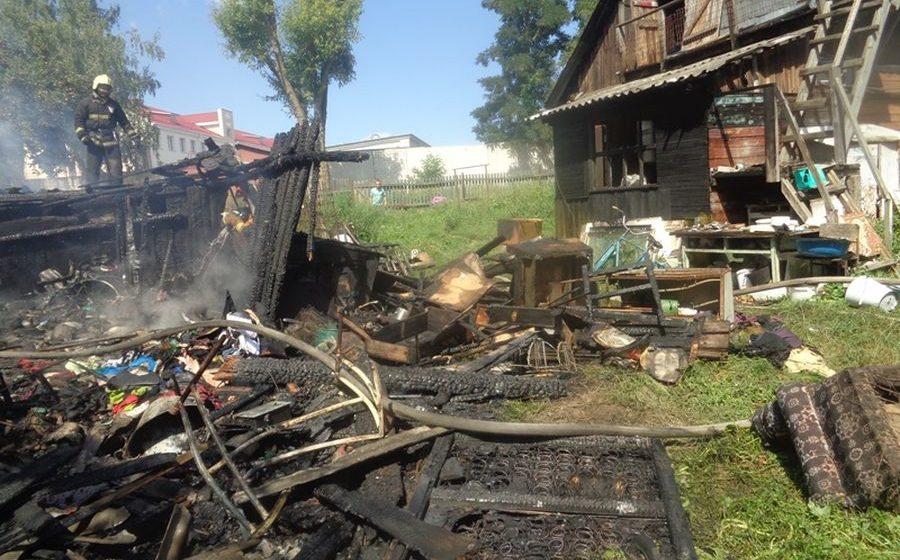 Фотофакт: В Барановичах на улице Торфяной горел сарай