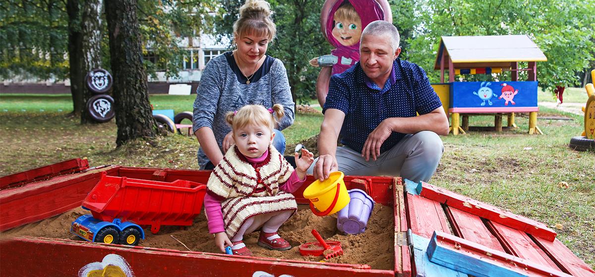 Как жительница Барановичей самостоятельно соорудила во дворе детскую площадку. «Идеи беру из мультиков»