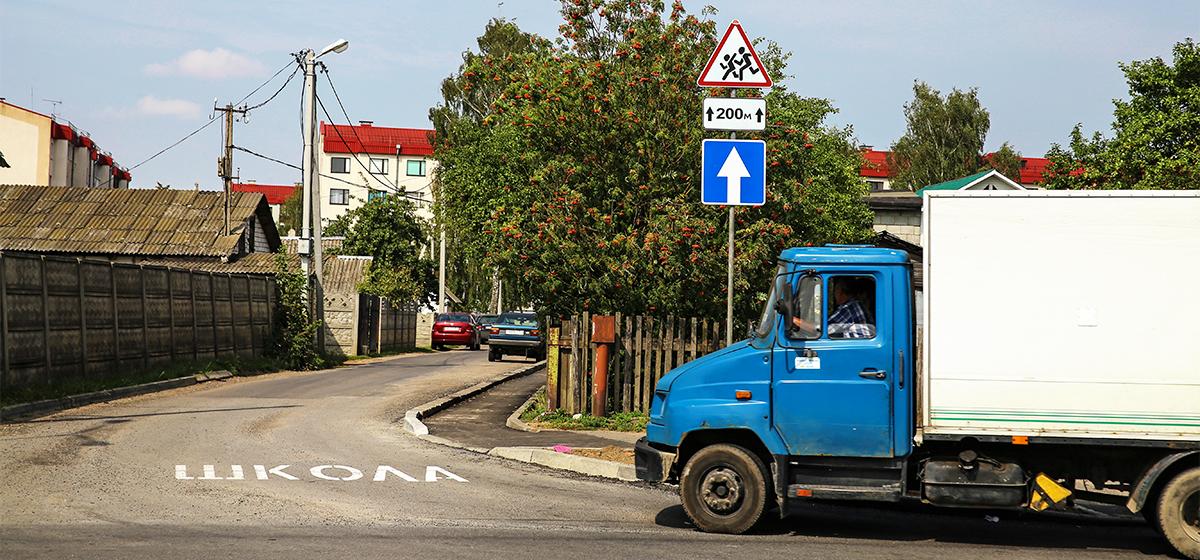 Фотофакт. Изменились правила подъезда к гимназии №5 и Тексеру со стороны улицы Чернышевского