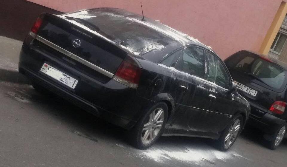 Фотофакт. В Барановичах неизвестные забросали машину яйцами и обсыпали мукой