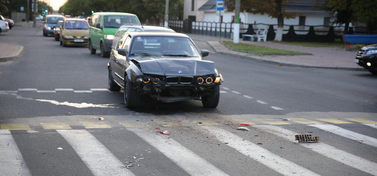 В Барановичах на пешеходном переходе столкнулись BMW и Renault