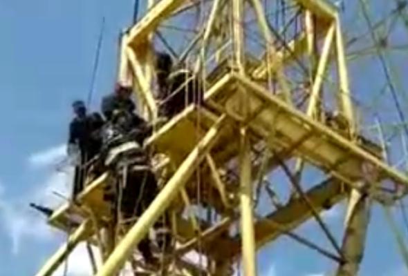 Видеофакт. В Брагине спасатели снимали с высоты крановщика, которому стало плохо