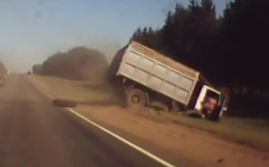 Видеофакт. В Могилевской области у грузовика «МАЗ» во время движения отвалилось заднее колесо