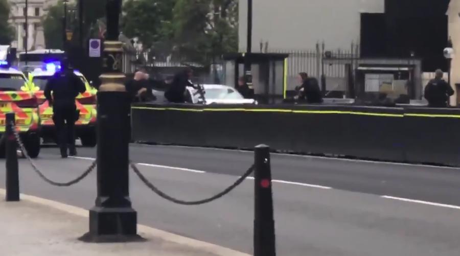 В Лондоне в ограду Вестминстерского дворца врезалась легковушка, полиция оцепила площадь