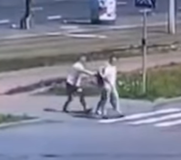 Видеофакт. В Минске, пока пешеход переходил дорогу, из его рюкзака вытащили 50 тысяч евро