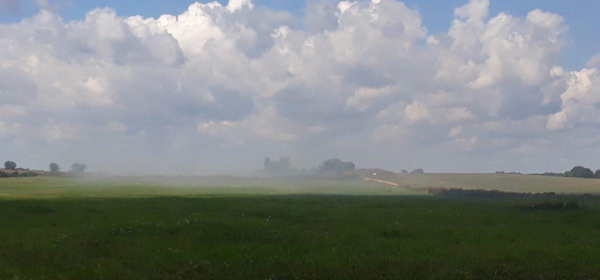 «Дым от горящего мусора идет прямо на деревню». Читатель сообщает о пожаре в Барановичском районе