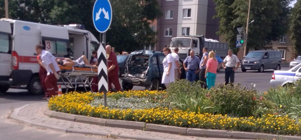Фотофакт. В Барановичах грузовик «догнал» легковушку. Есть пострадавшие