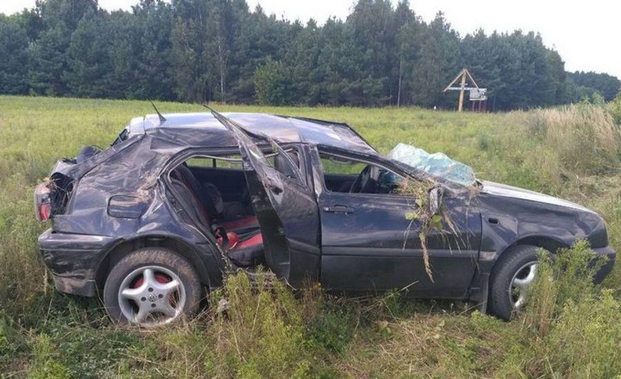 В Брагинском районе Volkswagen Golf вылетел в кювет и перевернулся, пострадали женщина и 5-летняя девочка