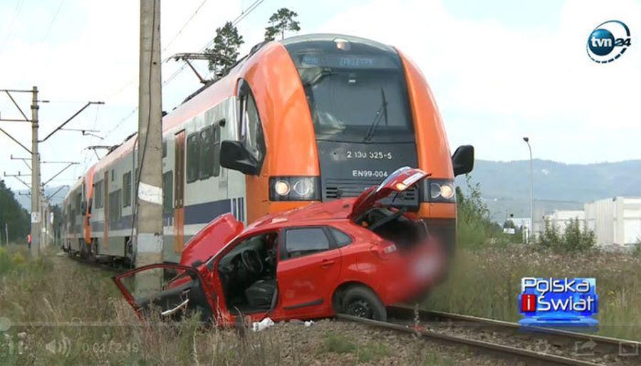 В Польше погибла 18-летняя девушка, которая сдавала на права. Машина заглохла на ж/д переезде перед приближающимся поездом