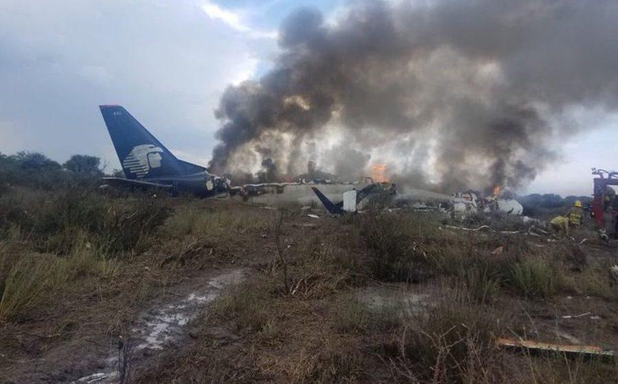В Мексике потерпел крушение самолет, на борту которого находились 103 человека (видео)
