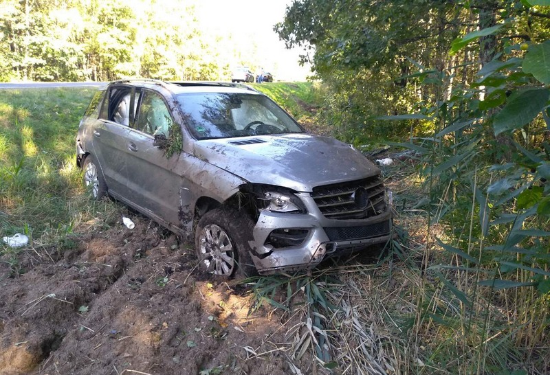 В Петриковском районе перевернулся Mercedes, пострадала 14-летняя девочка