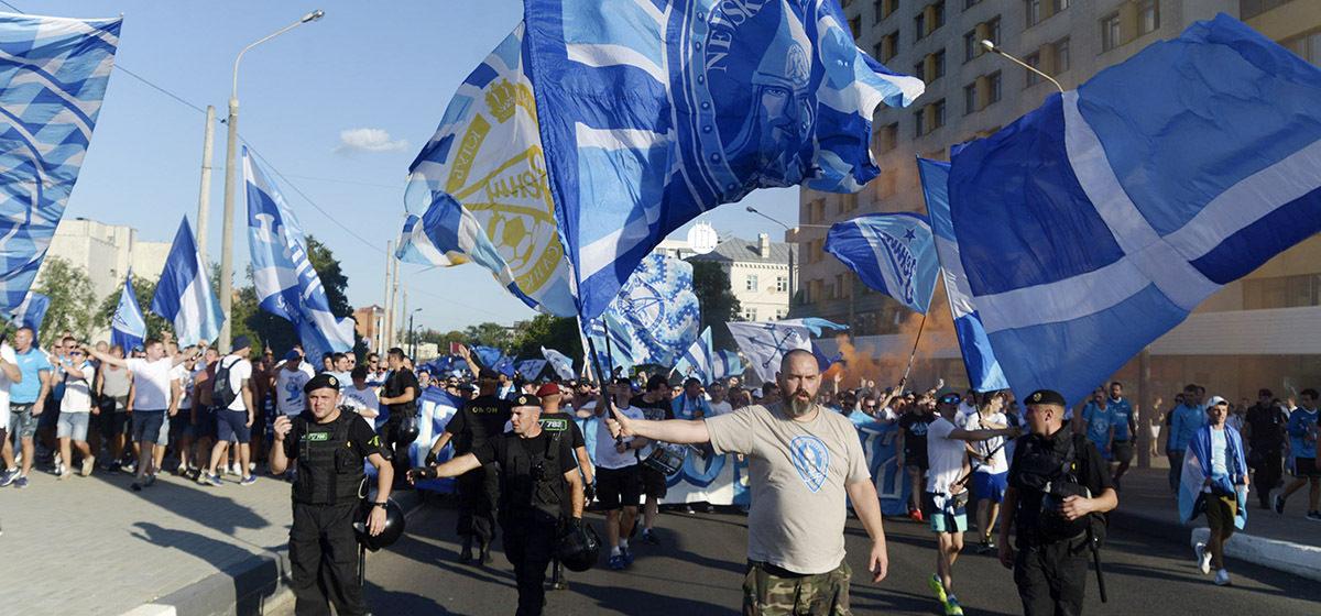 Видеофакт. В Минске фанаты «Зенита» огромной колонной прошли по Октябрьской улице до стадиона «Динамо»