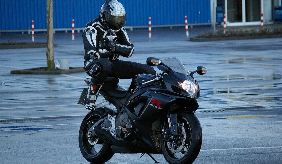 С 29 августа мотоциклистов будут штрафовать за езду на одном колесе
