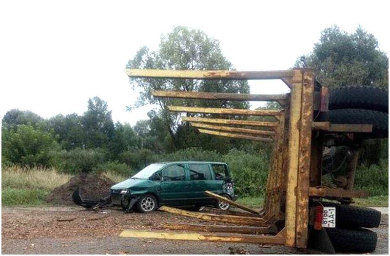 Прицеп с бревнами перевернулся и повредил три автомобиля в Пинском районе