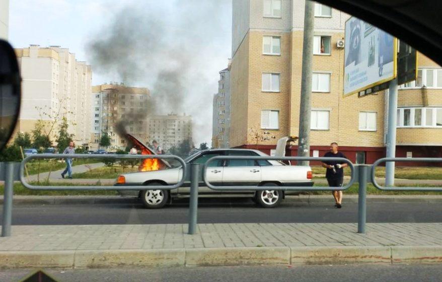 Видеофакт. В Барановичах на улице Скорины возле магазина «Алми» горела легковушка