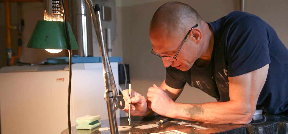 Это моя работа. Барановичский гравер по изготовлению памятников. «Для меня это просто рисунок на камне»
