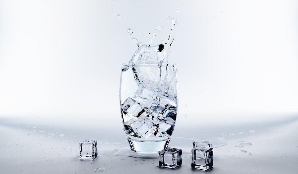 Какие напитки обязательно стоит пить в жару, а какие могут навредить здоровью