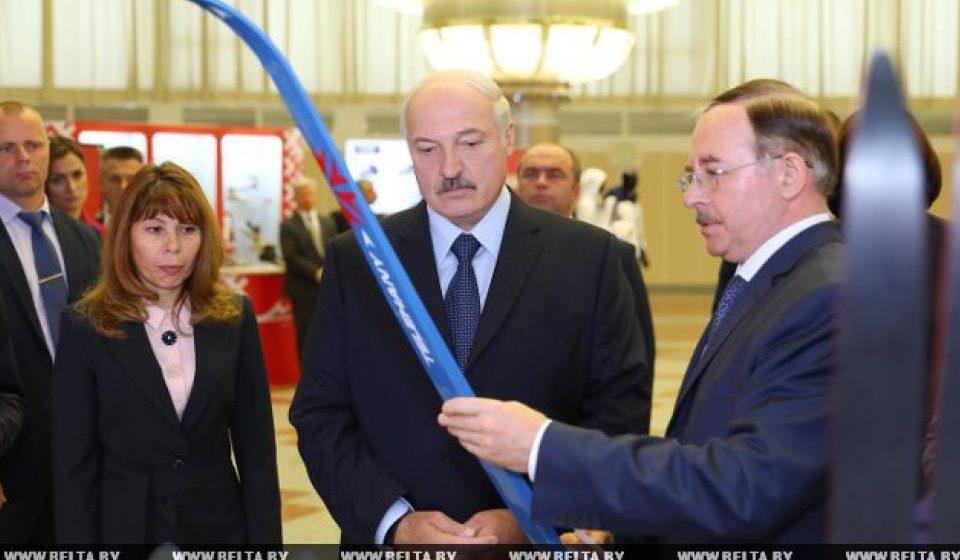 Лукашенко показали отечественные ратраки, цимбалы, лыжи и мази (фото)