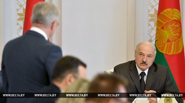 Лукашенко: Люди жалуются, очереди в поликлиниках, хамство со стороны врачей повальное