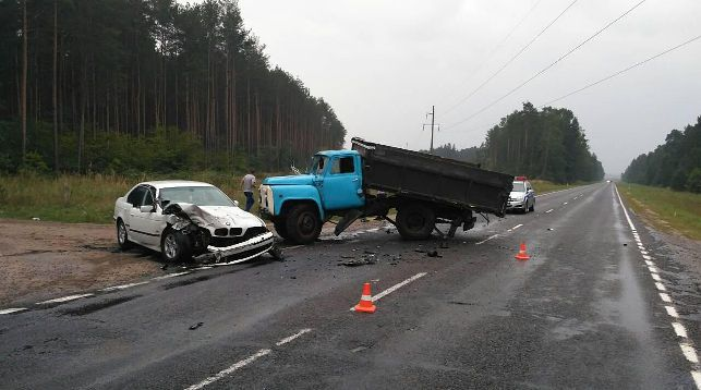 Под Слонимом столкнулись BMW и грузовик. В салоне легковушки был годовалый ребенок