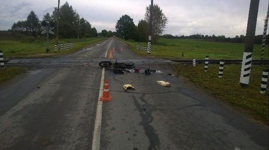 В Верхнедвинском районе на переезде мотоцикл врезался в поезд, погиб мужчина, а его 14-летнему сыну оторвало ногу