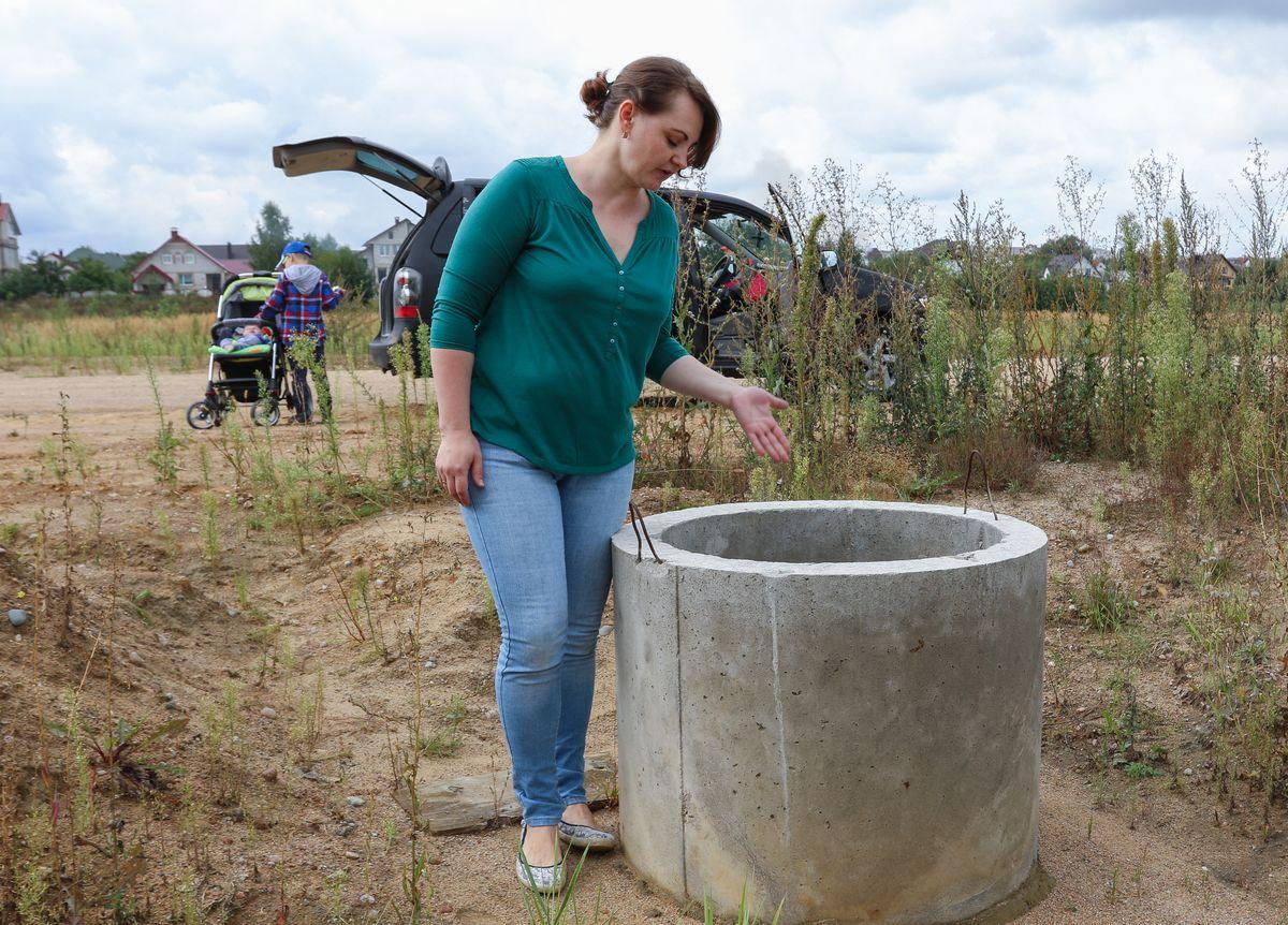 Светлана Голенда говорит, что сделать местную канализацию у них с мужем, как и у многих других владельцев участков в Дубово-4, не получилось: колодцы моментально наполняются грунтовыми водами. Фото: Александр ЧЕРНЫЙ.