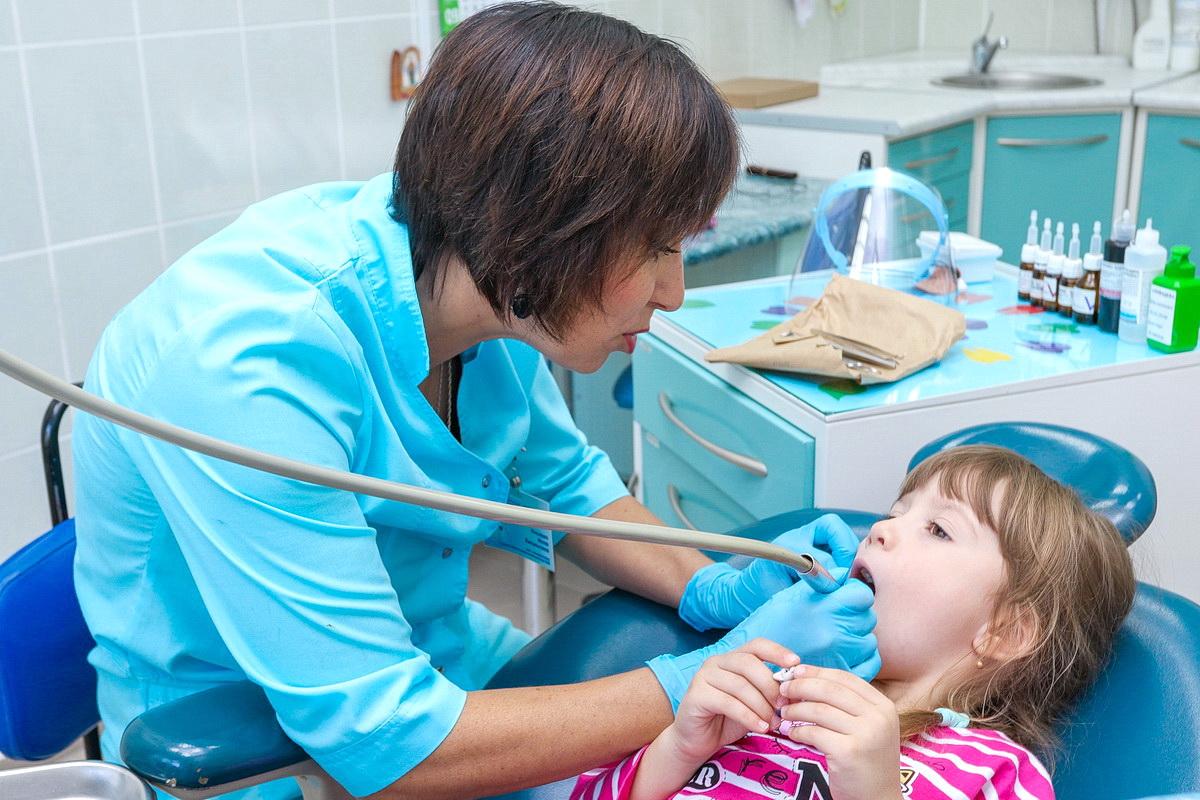 По словам Инны Унсович, состояние детских зубов с каждым годом становится все хуже из-за плохой гигиены и употребления большого количества углеводов и газировки. Фото: Александр ЧЕРНЫЙ