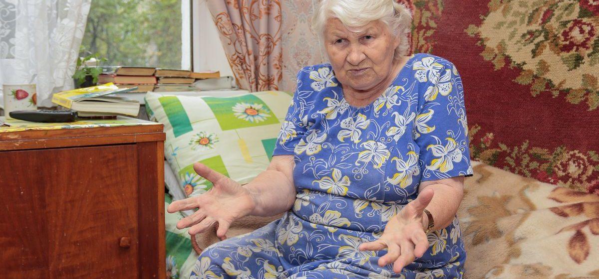 «Меня покалечили, а я еще и виновата». На пенсионерку в Барановичах упала дверь, которую коммунальщики вынесли из подвала