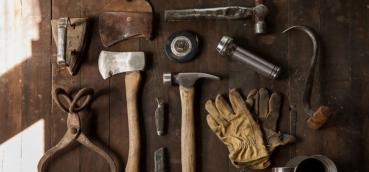 В Барановичах женщине не понравилось, как ей уложили плитку, за это она забрала и продала инструмент рабочих