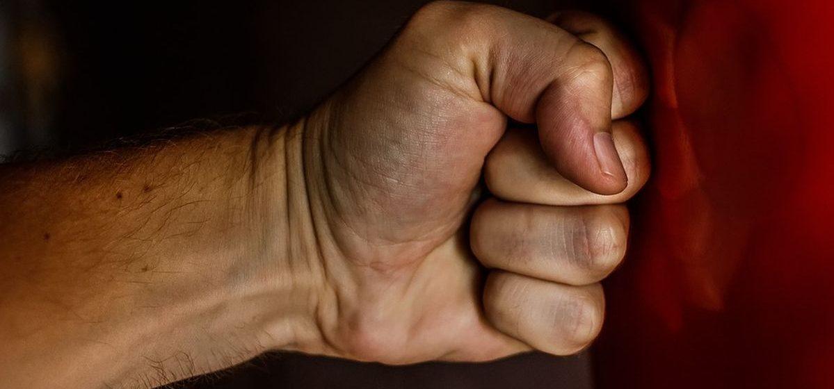 В Барановичах возбудили уголовное дело против мужчины, который три месяца избивал 71-летнюю мать