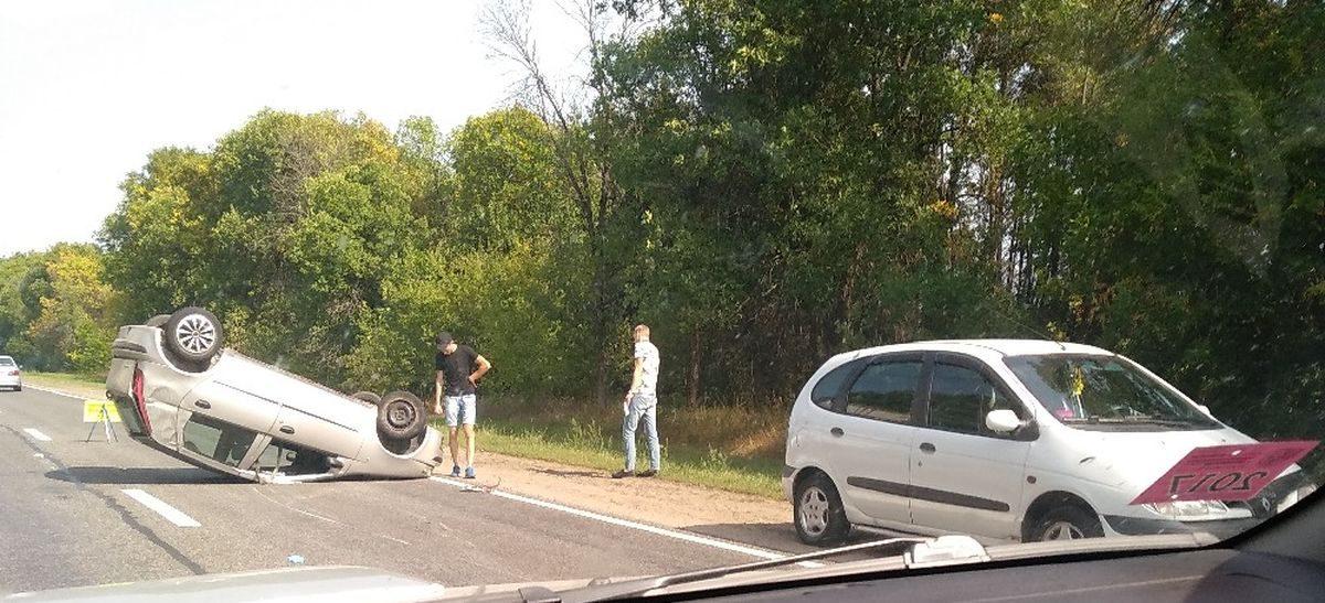 Фотофакт. Под Барановичами на проезжей части перевернулась машина