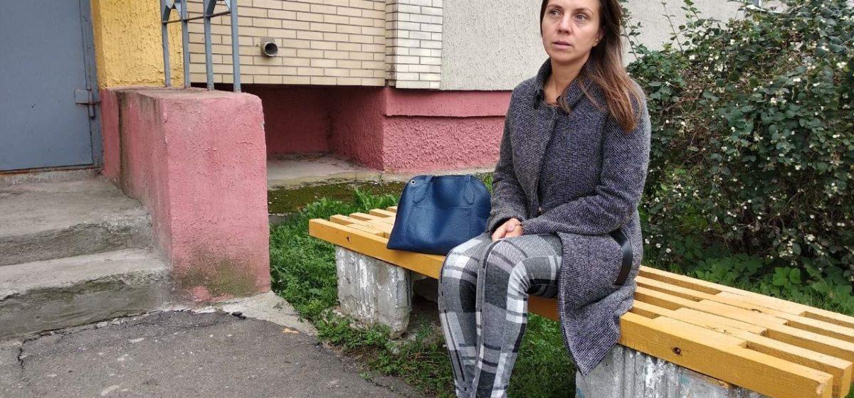 Тащил за волосы к себе в квартиру и оскорблял. В Минске во время обхода мужчина напал на учительницу