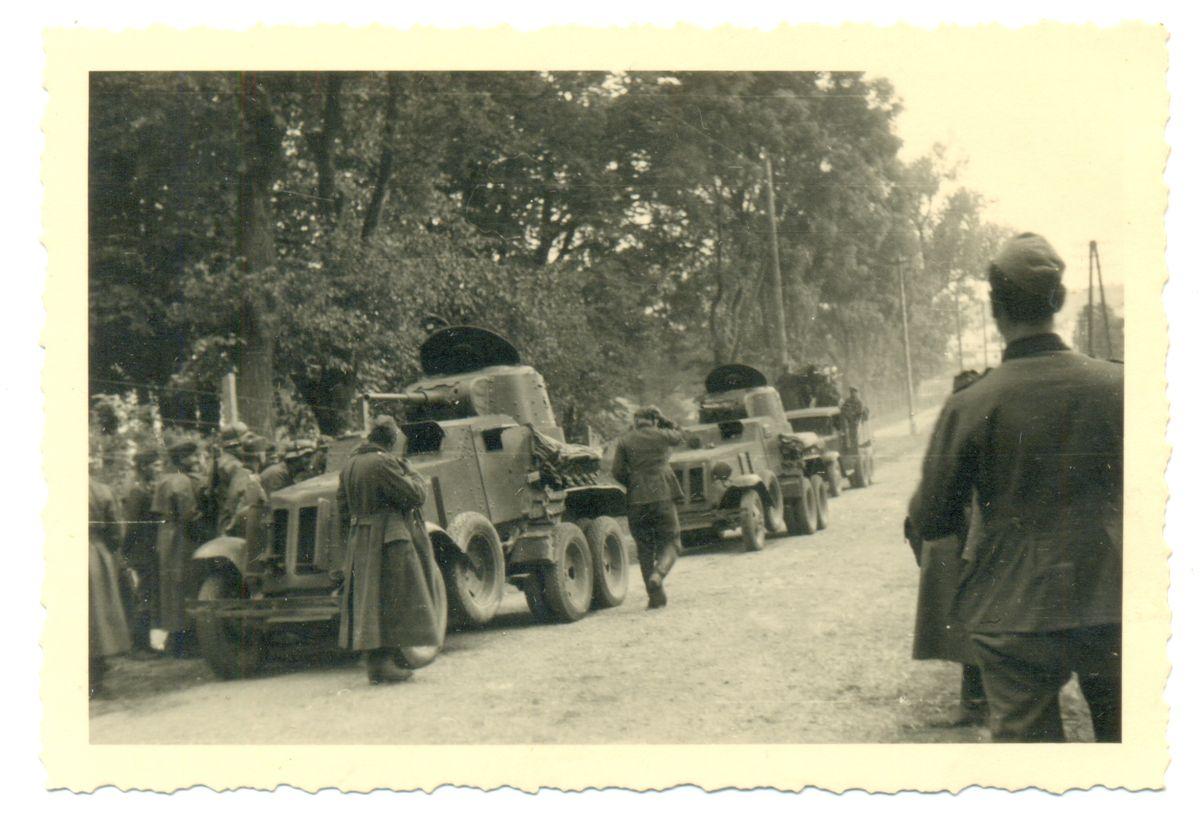 Солдаты вермахта рассматривают советскую военную технику. Сентябрь 1939 года