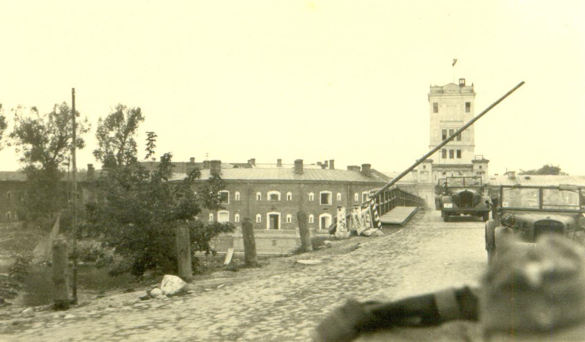 Колонна немецкой военной техники проезжает мимо Тереспольских ворот Брестской крепости. 18 сентября 1939 года