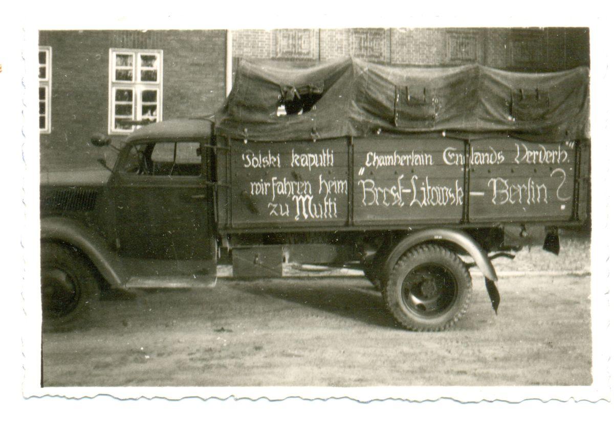 """Немецкий военный грузовик в Бресте. На тенте надпись: «""""Польский"""" капут. Мы едем домой к маме. Брест-Литовск — Берлин? Англия — следующая?»"""