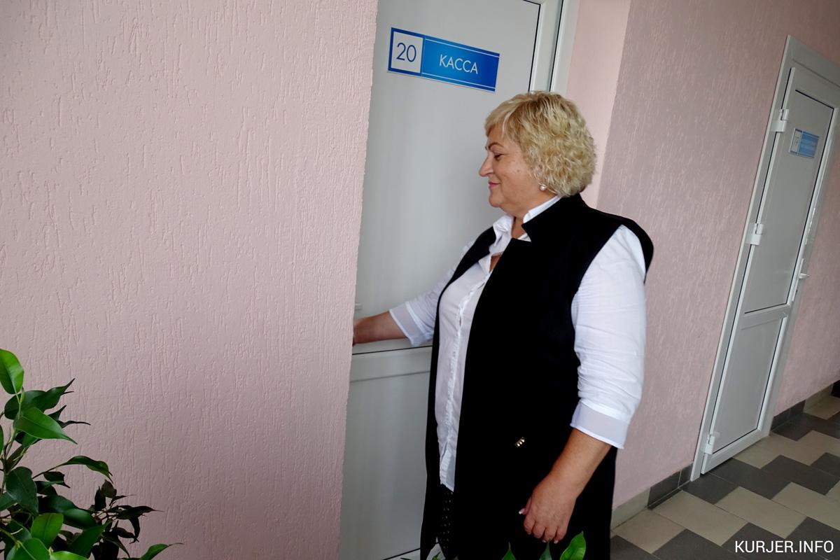 Лариса Григорович сидит в кассе пункта проката, но в тёплое время года посетителей нет. Фото: kurjer.info