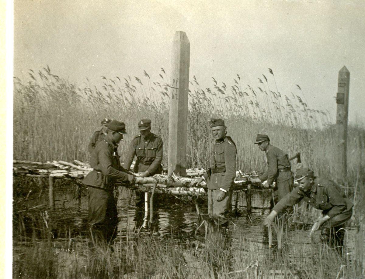 Солдаты Войска Польского у первых польских пограничных столбов. Весна 1921 года, Беларусь