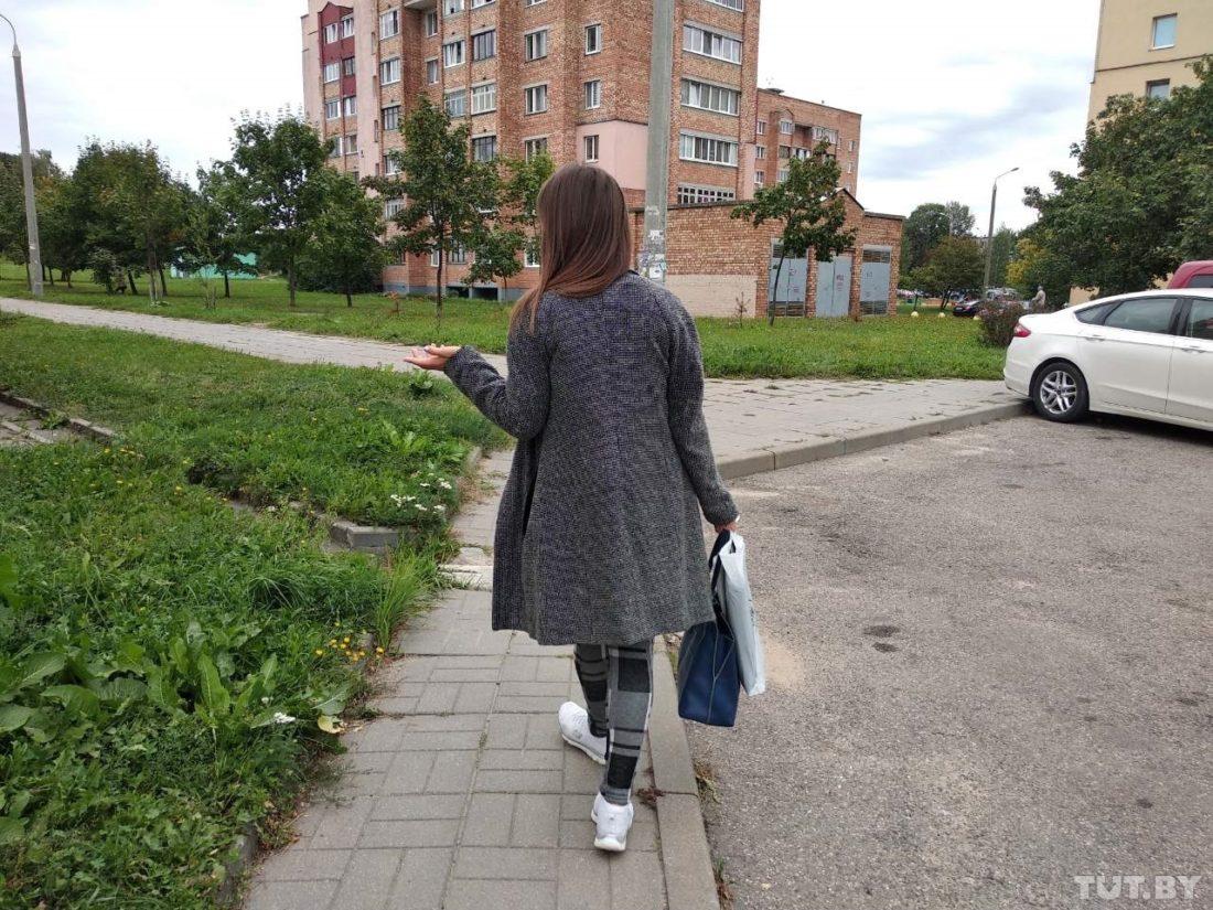 Анастасия Станкевич идет к многоэтажке, в которой произошел конфликт