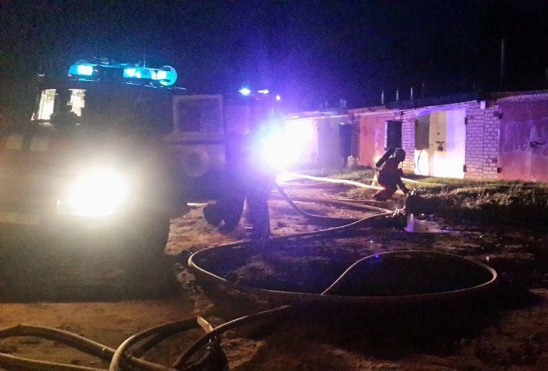 В Барановичах сгорели два гаража вместе с машинами