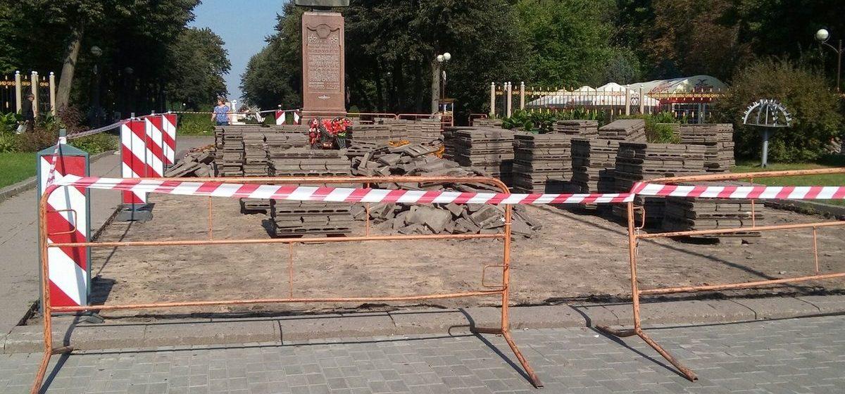 Фотофакт. В Барановичах в молодом парке меняют тротуарную плитку