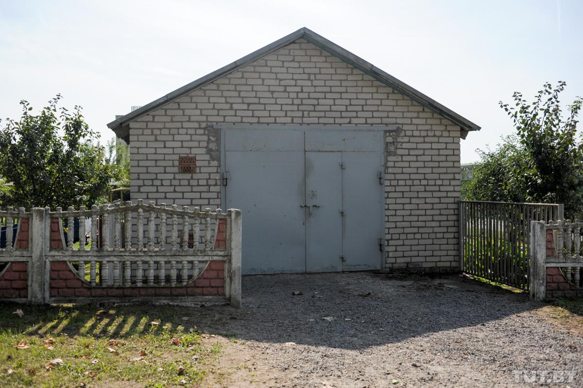 В этом гараже нашли склад оружия. Фото: Оксана Петрова, TUT.BY