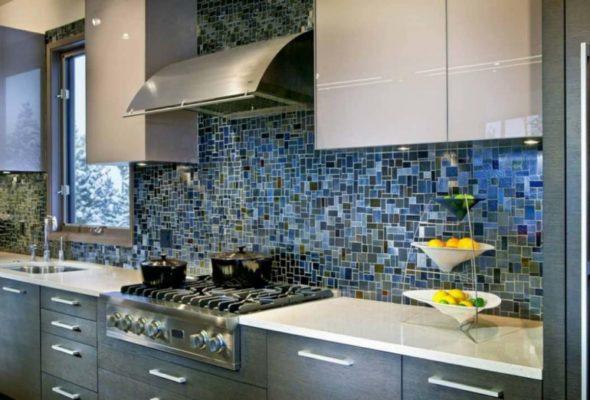 Кухонный фартук из мозаики – нетривиальное интерьерное решение