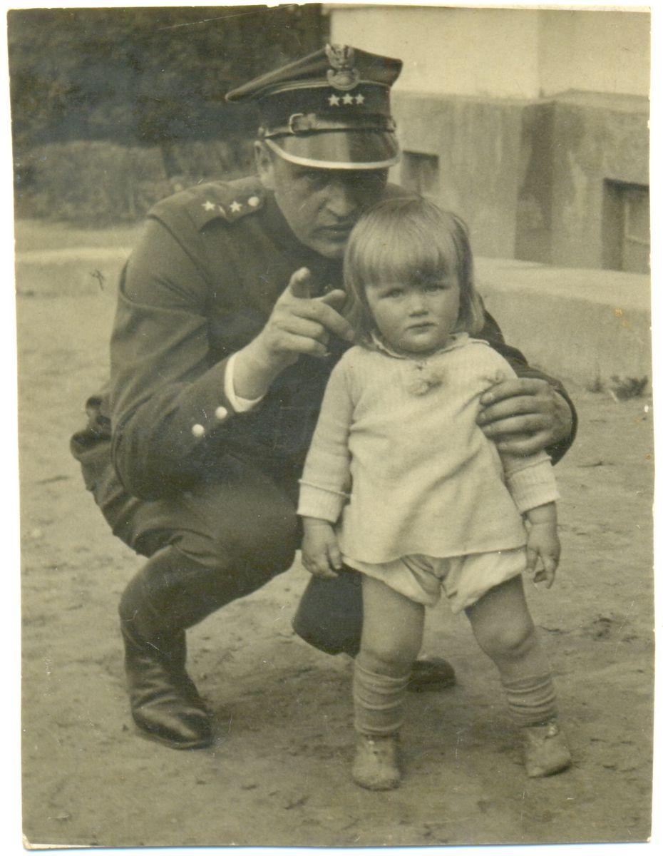 Неизвестный капитан 83-го полка полесских стрельцов Войска Польского из Кобрина с дочерью, август 1939 года