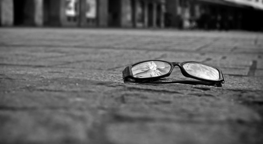 В Барановичах хулиган беспричинно разбил очки за 120 рублей 20-летнему парню