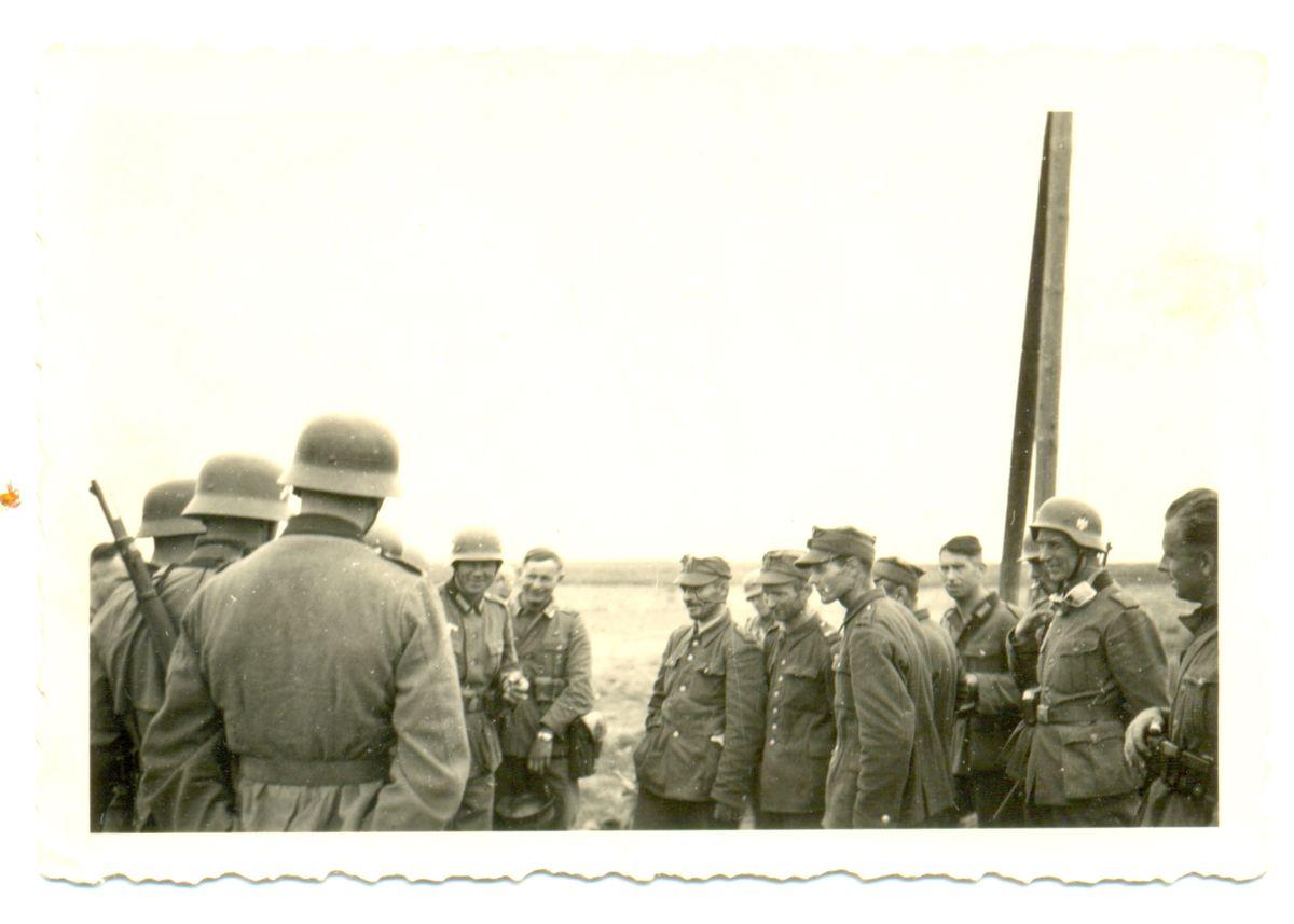 Пленные солдаты Войска Польского разговаривают с немецкими солдатами, сентябрь 1939-го