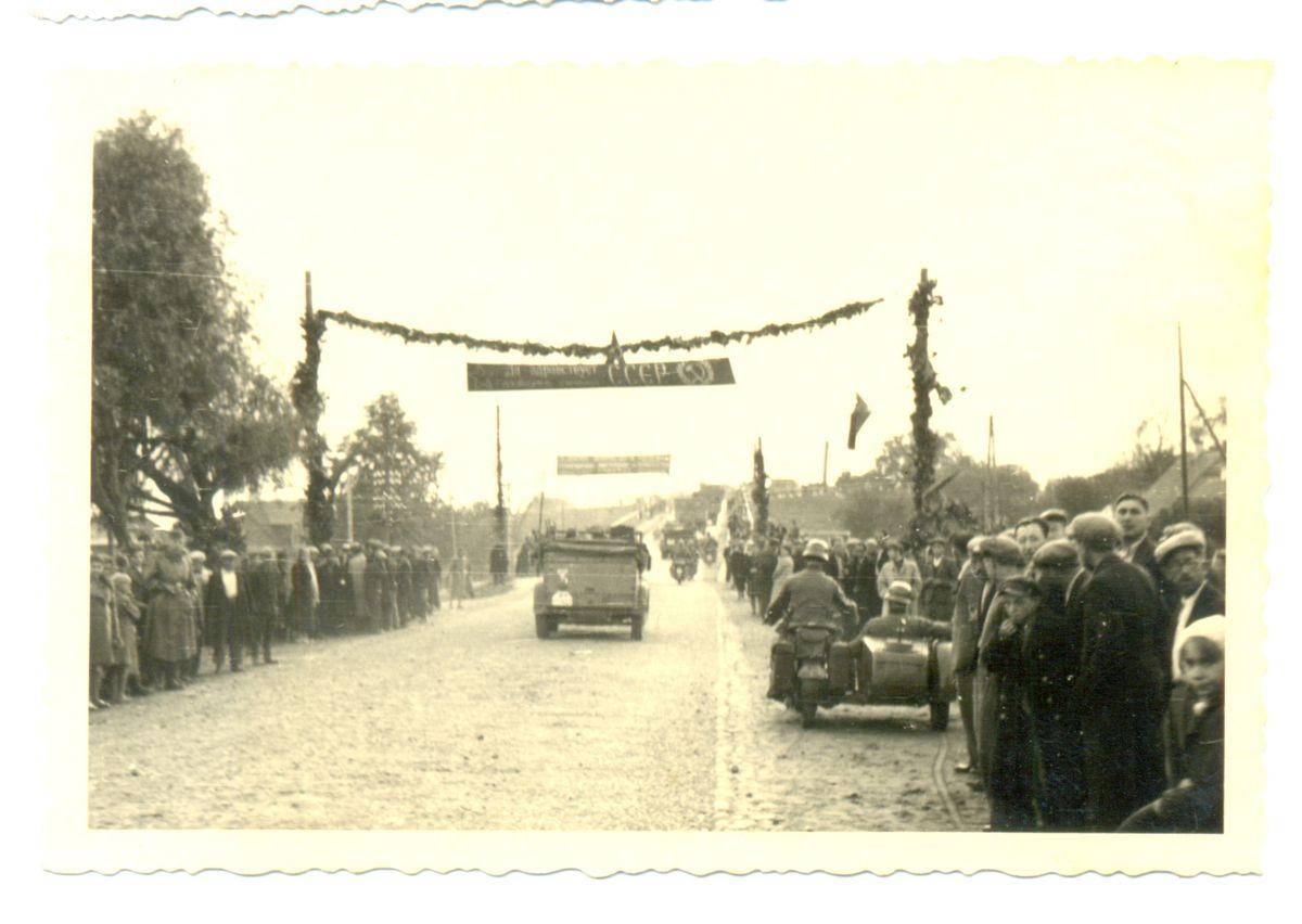 Местные жители построили арку для встречи Красной Армии, но первыми через нее проехали… нацисты. Сентябрь 1939 года